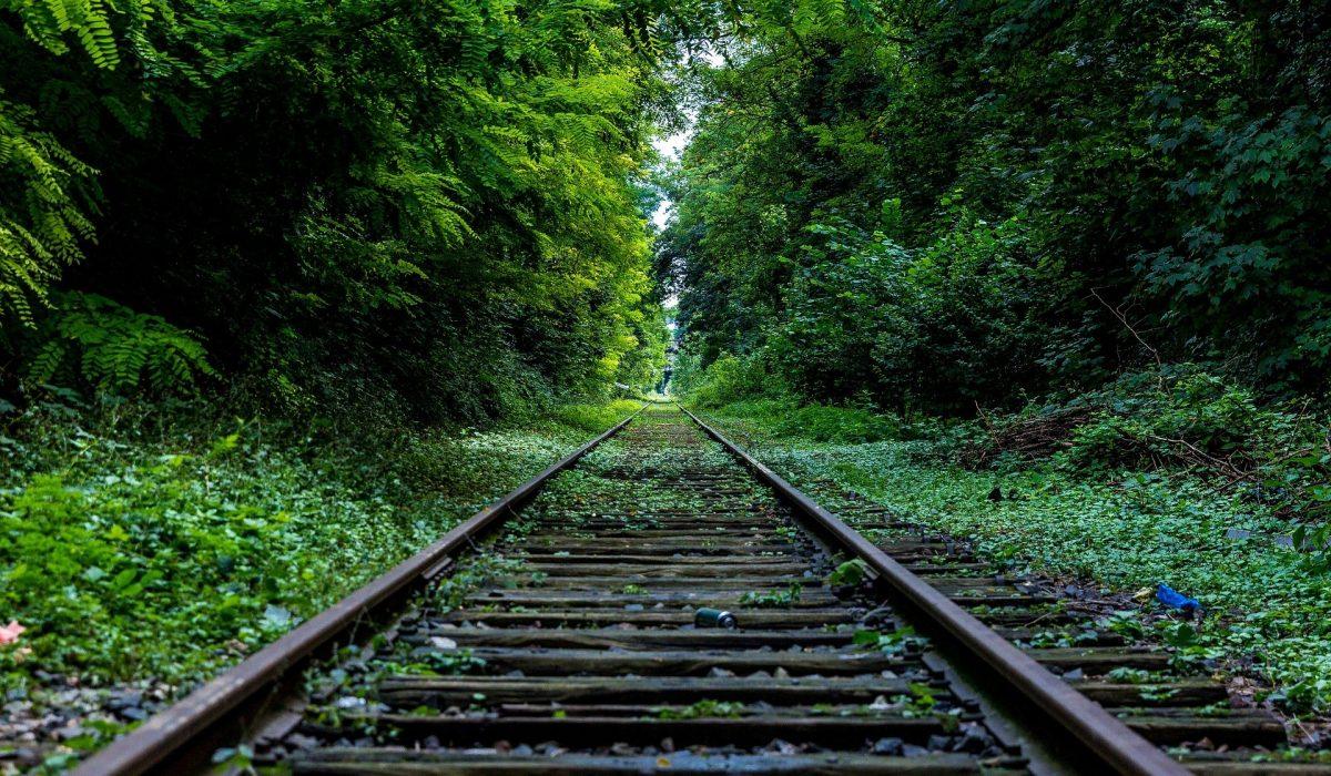 railroad-tracks-480466_1920-1200x700.jpg